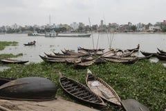 Fartyg på den Buriganga floden Fotografering för Bildbyråer