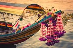 Fartyg på den Chao Phraya floden, Bangkok, Thailand Royaltyfri Bild