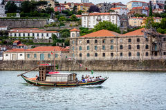 Fartyg på den Douro floden i Porto, Portugal Royaltyfri Bild