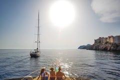 Fartyg på den Dubrovnik kusten arkivbilder