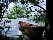 Fartyg på den fridfulla sjön Arkivfoto