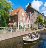 Fartyg på den Groenhazengracht kanalen i Leiden, Nederländerna Arkivfoto