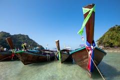 Fartyg på den härliga stranden i Thailand Royaltyfria Bilder