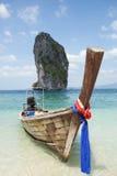 Fartyg på den härliga stranden i Thailand Royaltyfria Foton