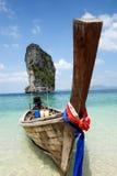 Fartyg på den härliga stranden i Thailand Royaltyfri Fotografi