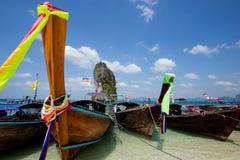 Fartyg på den härliga stranden i Thailand Arkivbilder