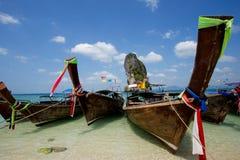 Fartyg på den härliga stranden i Thailand Fotografering för Bildbyråer