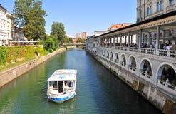 Fartyg på den Ljubljanica floden, Ljubljana, Slovenien Arkivbild