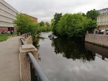 fartyg p? den Smolenka floden i Petersburg arkivfoto