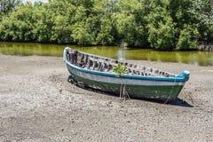Fartyg på den torra sjön Royaltyfria Bilder