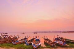 Fartyg på den Ubeng bron i Myanmar Arkivfoton