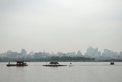 Fartyg på den västra sjön i Hangzhou royaltyfri foto