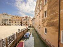 Fartyg på den Venedig gatan arkivbild