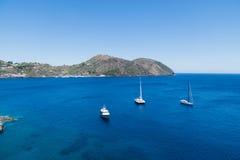 Fartyg på det blåa havet, Lipari, Italien Arkivbild
