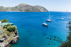 Fartyg på det blåa havet, Lipari, Italien Royaltyfri Fotografi