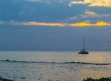 Fartyg på det karibiska havet på solnedgången på storslagen Palladium på natten royaltyfria bilder
