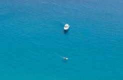 Fartyg på det kristallklara havet nära staden av den Tropea regionen Calabria Royaltyfri Bild