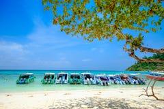 Fartyg på det vita strand- och blåtthavet på den Rok ön Thailand Arkivbilder