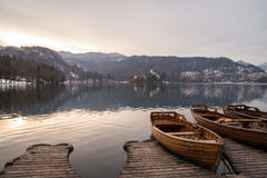 Fartyg på en lake med ön Arkivfoto