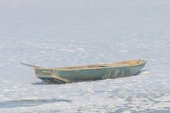 Fartyg på en djupfryst lake Arkivbild