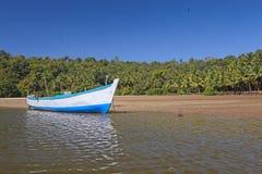 Fartyg på en flod Arkivbild