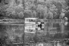 Fartyg på en flod Royaltyfria Bilder