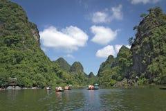 Fartyg på en flod i Vietnam royaltyfri foto
