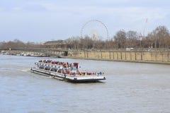 fartyg på en flod Sena i Paris Arkivfoton