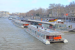 fartyg på en flod Sena i Paris Royaltyfri Fotografi