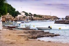 Fartyg på en havsfjord, Menorca Arkivbilder
