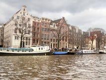 Fartyg på en kanal i Amsterdam. Royaltyfri Foto
