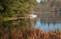 Fartyg på en sjö i höst arkivfoto