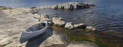 Fartyg på en stenig kust. Lake Ladoga Fotografering för Bildbyråer