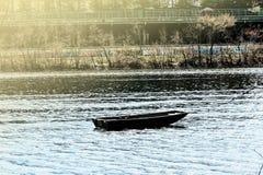 Fartyg på en stillsam flod i solskenet royaltyfri foto