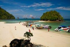 Fartyg på en strand i Thailand Arkivfoto