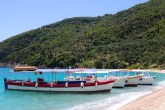 Fartyg på en strand Korfu Royaltyfria Foton