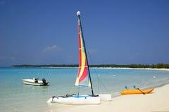 Fartyg på en tropisk strand fotografering för bildbyråer