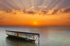 Fartyg på en tropisk strand i bakgrunden av en härlig solnedgång Royaltyfria Foton