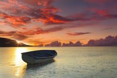 Fartyg på en tropisk strand i bakgrunden av en härlig solnedgång Fotografering för Bildbyråer