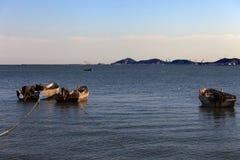 Fartyg på en tyst hamn när sol som ner ställer in Royaltyfri Foto