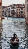Fartyg på en Venetian kanal Arkivbilder