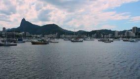 Fartyg på fjärden med Kristus Förlossare i bakgrunden, Rio de Janeiro stock video