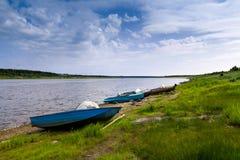 Fartyg på flodbanken Arkivbilder