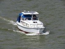 Fartyg på floden royaltyfria foton