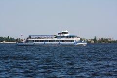 Fartyg på floden Royaltyfri Foto