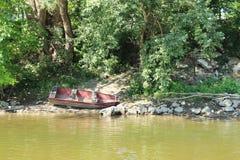 Fartyg på floden Fotografering för Bildbyråer