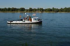Fartyg på floden Arkivbild