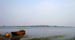 Fartyg på floden Arkivfoto