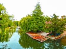 Fartyg på floden i Cambridge Arkivfoto