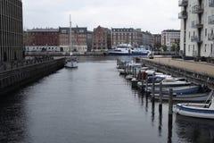 Fartyg på floden i Köpenhamn royaltyfri foto